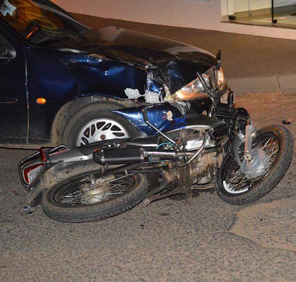 Colisão frontal entre carro e moto deixa duas pessoas feridas (Foto: i7 Notícias)