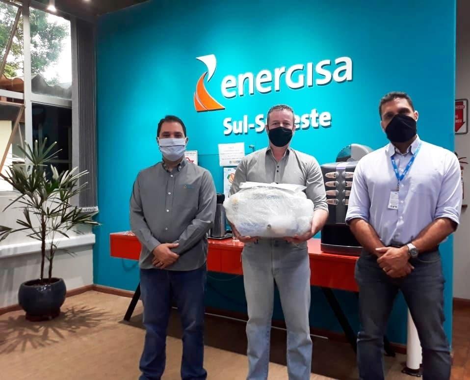 Rodrigo Brandão Fraiha, diretor Técnico e Comercial da Energisa (à direita) e Rodrigo Botelho, gestor de Clientes (à esquerda), realizaram a entrega do equipamento ao representante do hospital, Luciano Galvão de Goes (Foto: Divulgação)