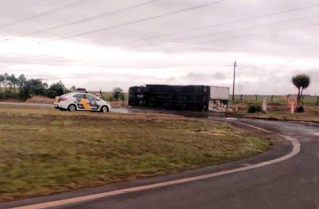 Como o caminhão tombou fora da pista, trecho do trevo de Cândido Mota não precisou ser interditado — Foto: The Brothers/Divulgação