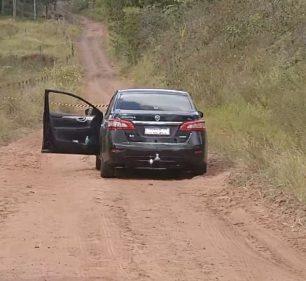 Carro onde as vítimas estavam foi abandonado pelos criminosos em Santa Cruz do Rio Pardo — Foto: TV TEM/ Reprodução