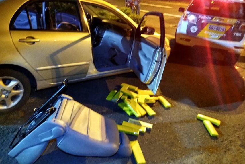 Droga estava em um carro com placas do Paraná que foi abordado em Florínea — Foto: Polícia Rodoviária / Divulgação