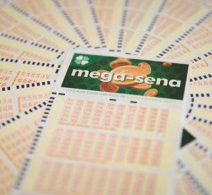 Aposta única da Mega-Sena custa R$ 4,50 e apostas podem ser feitas até às 19h — Foto: Marcelo Brandt/G1