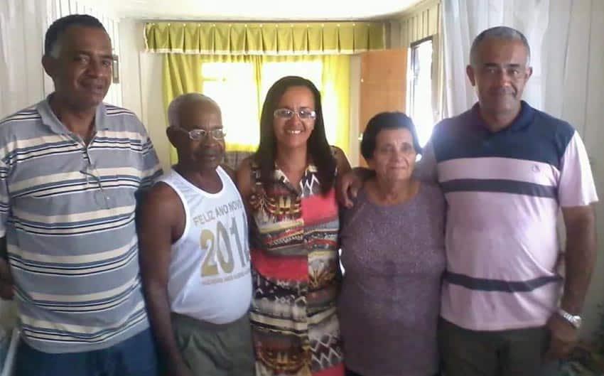 Alcides Albano Gomes e Maria de Lourdes de Souza Gomes com três dos quatro filhos (Foto: Arquivo pessoal)