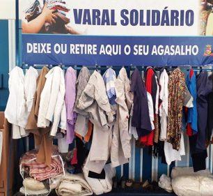 Varal Solidário inspira moradores na doação de roupas no Terminal Rodoviário de Assis (Foto: Departamento de Comunicação)