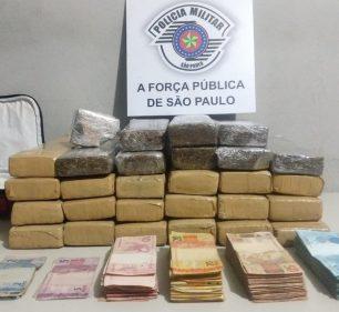 Os tabletes de maconha e os quase R$ 18 mil estavam dentro de uma casa de Assis (Foto: Polícia Militar/Divulgação)