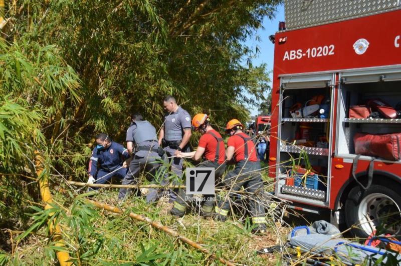 O veículo ficou preso entre uma moita de bambu (Foto: Manoel Moreno)