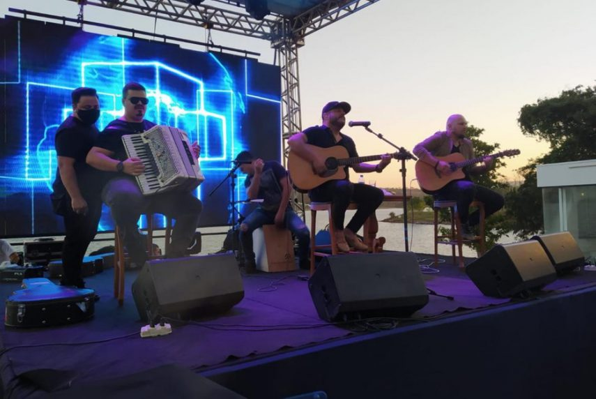 Bruno, da dupla com Marrone, se apresentou em festa em Caldas Novas (Foto: Reprodução/TV Anhanguera)
