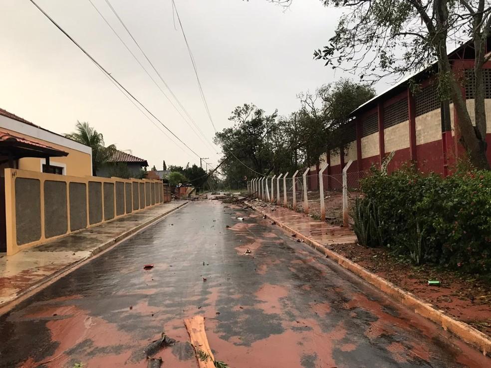 Ruas do distrito ficaram interrompidas pela queda de árvores e da fiação de energia elétrica — Foto: Arquivo pessoal