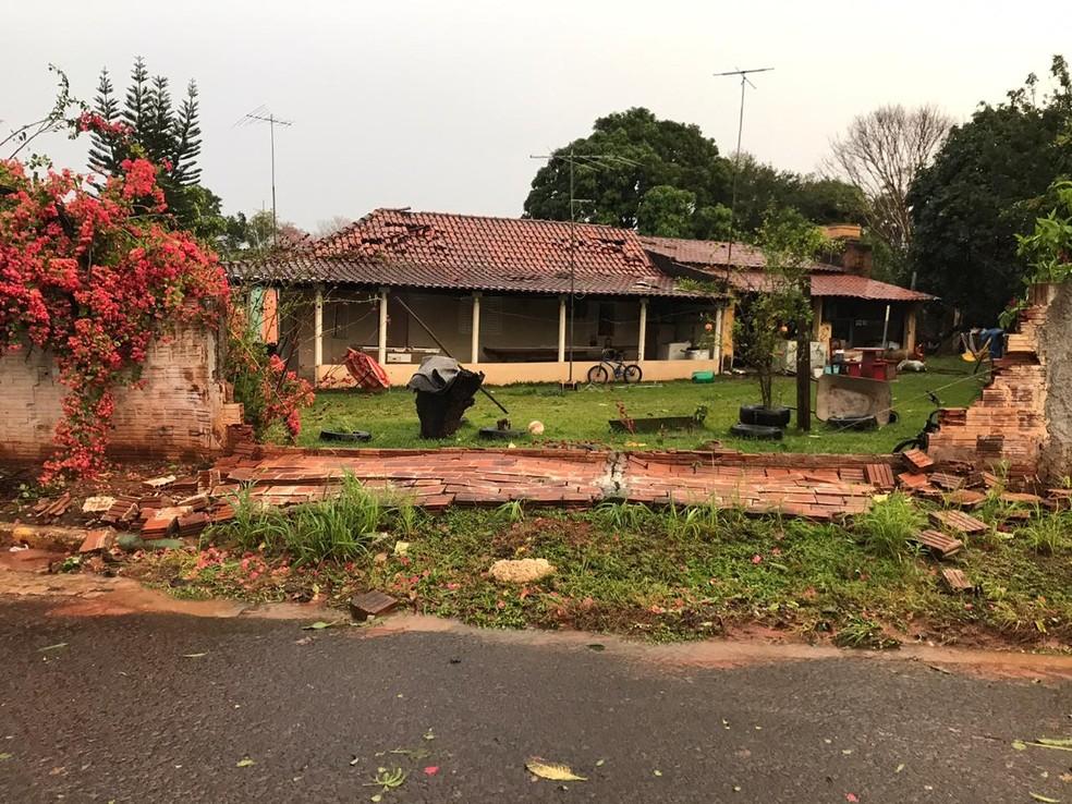 Em Varpa, ventos fortes derrubaram muros e destalharam casas — Foto: Arquivo pessoal