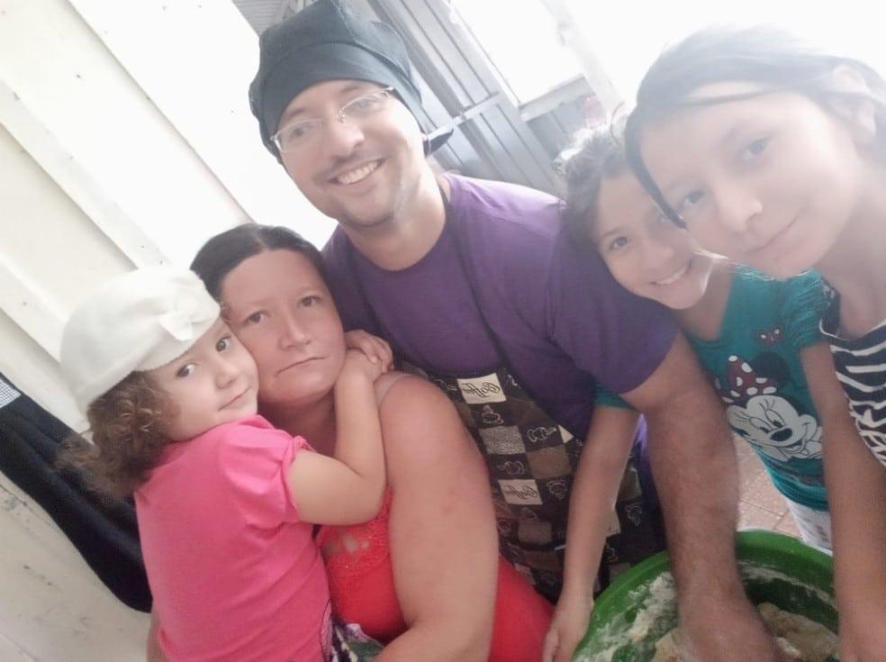 Vendedor de salgados mora com a esposa e as três filhas em Marília — Foto: Arquivo pessoal/José Rafael Marciano