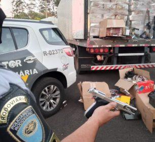 Policial exibe réplica de arma apreendida em caminhão (Foto: Polícia Militar Rodoviária)