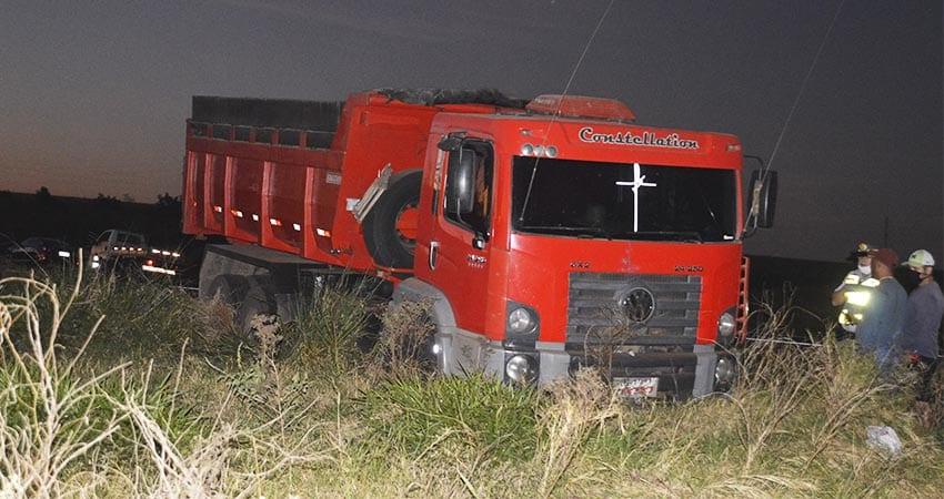 Caminhão capota ao tentar ultrapassagem na rodovia Paraguaçu/Assis (Foto: Reprodução/i7 Notícias)