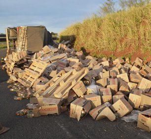 Dezenas de caixas de óleo vegetal ficaram espalhadas pela pista (Foto: i7 Notícias)