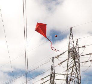 Acidentes com pipa na rede elétrica cresceram durante o período de isolamento social nas regiões de Assis e Tupã