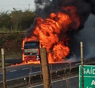 Carreta fica destruída após incêndio na Raposo Tavares em Assis (Foto: The Brothers)