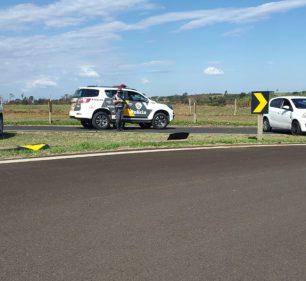 Na fuga, motorista derrubou uma placa de sinalização e depois tentou fugir correndo, mas foi detido — Foto: Polícia Rodoviária/Divulgação