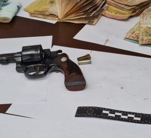Polícia apreendeu arma e dinheiro com procurado pela Justiça em Tupã — Foto: João Trentini/Divulgação