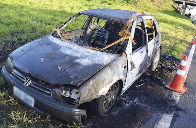 Veículo ficou totalmente destruído pelas chamas (Foto: Manoel Moreno)