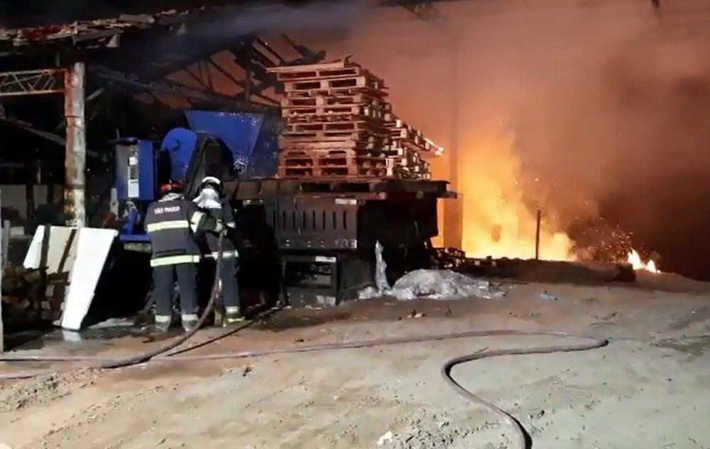 Bombeiros trabalham mais de 2 horas para conter fogo em empresa de pallets em Marília — Foto: Corpo de Bombeiros/Divulgação