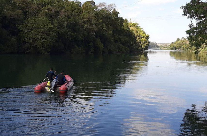 Bombeiros fazem buscas por adolescente que desapareceu ao tentar atravessar rio em Ourinhos — Foto: Adolfo Lima/TV TEM