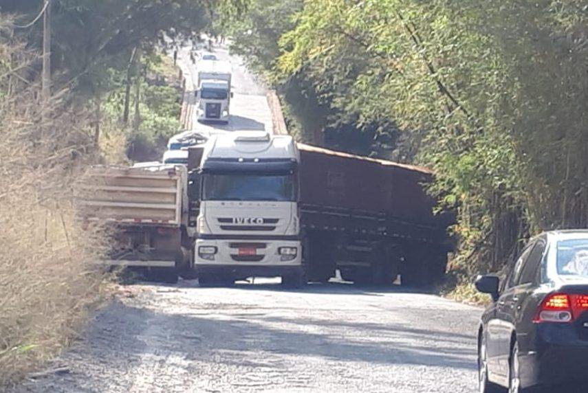 Carreta tem falha mecânica e interdita vicinal que liga Tupã e Quatá — Foto: Arquivo pessoal
