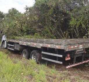 Caminhão sai da pista após motorista perder controle da direção na rodovia Paraguaçu/Lutécia (Foto: i7 Notícias)