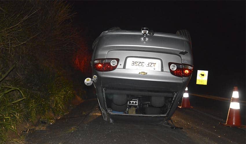 Com o acidente, a mulher foi arremessada para fora do veículo (Foto: Reprodução/i7 Notícias)