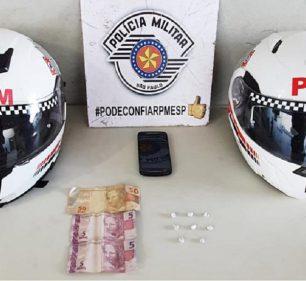 Pedras de crack e a quantia de R$ 60,00 foram apreendidas durante a ocorrência (Foto: Divulgação/Polícia Militar)
