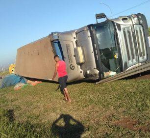 Caminhão tomba na Miguel Jubran em Tarumã (Foto: The Brothers/Cedida ao AssisNews)