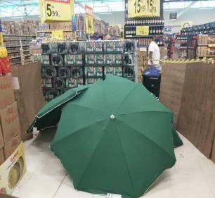 Corpo de representante de vendas que morreu enquanto trabalhava em supermercado no Recife foi coberto com guarda-sóis e isolado por caixas e tapumes improvisados — Foto: Renato Barbosa/WhatsApp