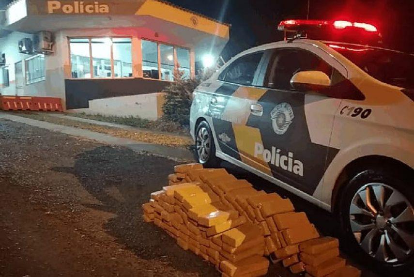 Apreensão dos 146 tabletes de maconha foi feita na Miguel Jubran em Tarumã (Foto: Polícia Rodoviária / Divulgação)