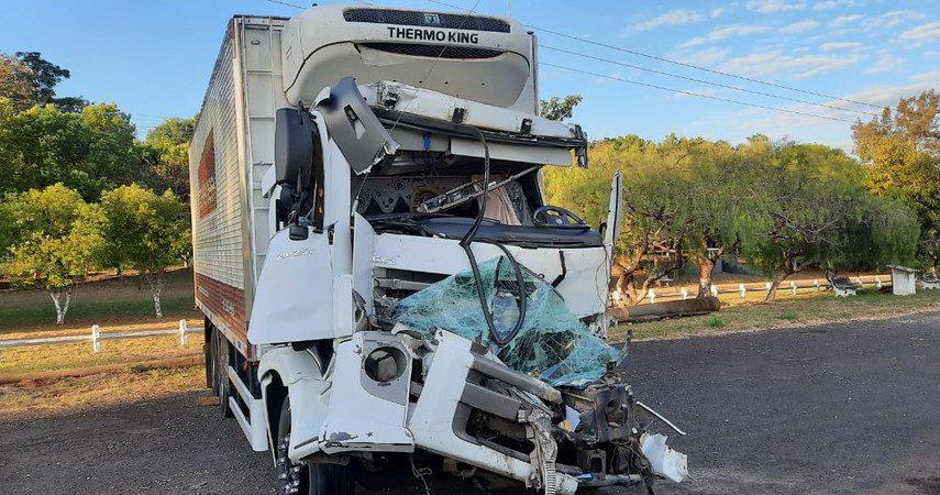 Motorista de caminhão frigorífico fica ferido após bater na traseira de carreta em Palmital — Foto: Polícia Rodoviária/Divulgação