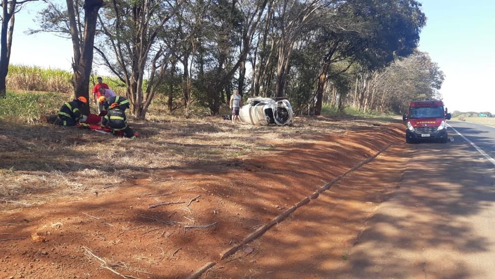 Fusca foi arremessado para o acostamento e capotou na BR-153 em Ourinhos — Foto: Polícia Rodoviária Federal/Divulgação