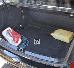 Mulher permaneceu no porta-malas do seu veículo até a chegada da Polícia Militar (Foto: Manoel Moreno/i7 Notícias)