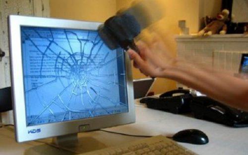Sensor de movimento identifica as machadadas e quebra a tela do computador. (Foto: Divulgação )