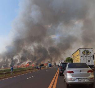 Motoristas chegaram e descer dos carros para registrar o incêndio — Foto: Gazeta Regional/Divulgação
