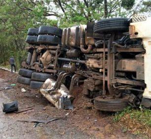 Caminhão com detritos de asfalto tombou lateralmente no acostamento e ninguém se feriu — Foto: Arquivo pessoal