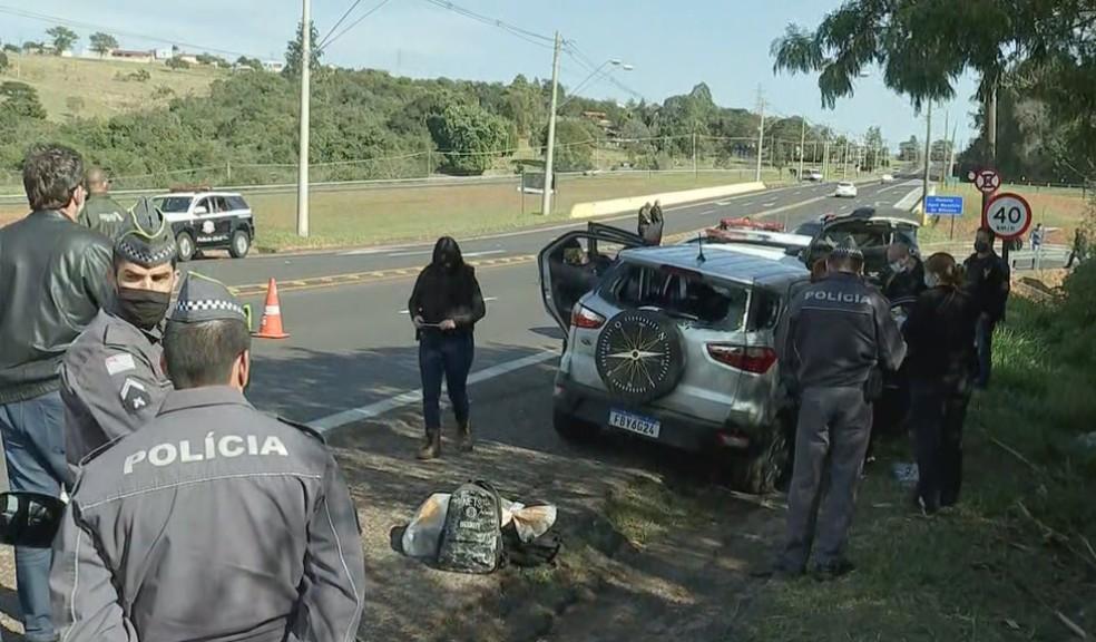 Homem que dirigia carro abandonado em rodovia fugiu a pé e foi baleado em Botucatu — Foto: TV TEM/Reprodução