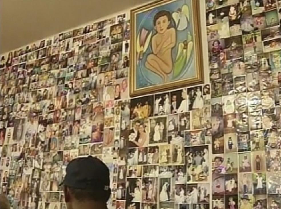 Paredes da capela estão tomadas de fotos de fiéis — Foto: Reprodução/TV TEM