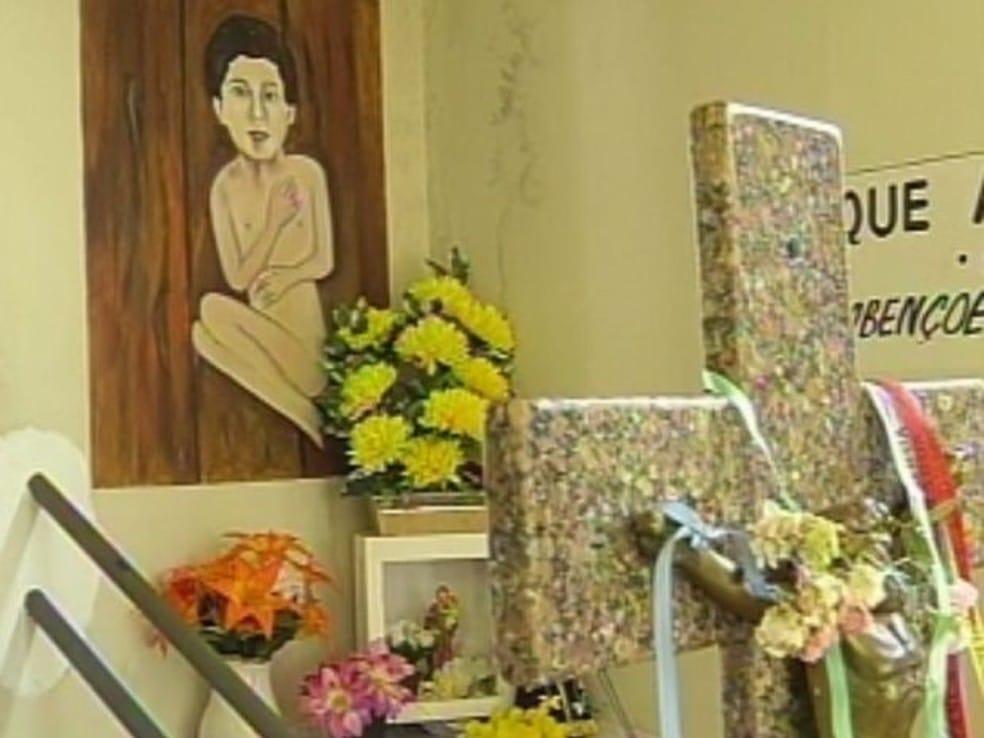 Devotos do Menino da Tábua visitam a capela em busca de graças e milagres — Foto: Reprodução/TV Tem
