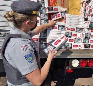 Carga de cigarros sem nota fiscal será encaminhada para a Receita Federal de Marília (Foto: Polícia Rodoviária/Divulgação)