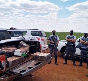 Caçamba da caminhonete abandonada próximo a um canavial estava carregada com 729 tijolos de maconha — Foto: Polícia Rodoviária/Divulgação
