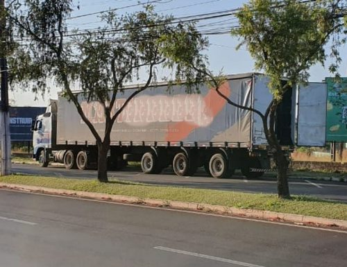 Caminhão estava carregado de leite em pó, mas só uma parte da carga foi levado pelos assaltantes — Foto: Laperuta/Passando a Régua