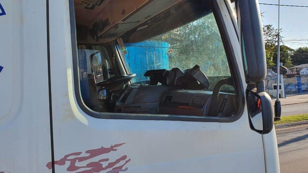 Segundo caminhoneiro, ele descansava na cabine quando foi atacado por três homens, pelo menos um deles armado — Foto: Laperuta/Passando a Régua