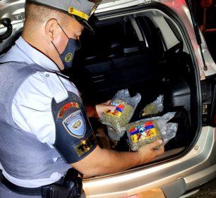 Policiais rodoviários encontraram 18 pacotes de skunk em duas bolsas no porta-malas de um dos carros — Foto: Polícia Rodoviária/Divulgação