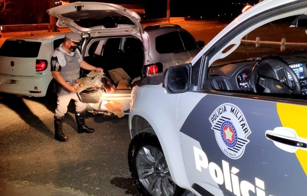 Os dois veículos foram abordados na SP-333 e, segundo um dos suspeitos, destino da droga era a cidade de Assis — Foto: Polícia Rodoviária/Divulgação