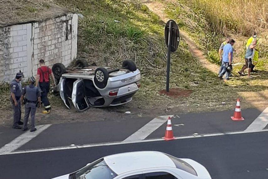 Motorista fica ferido após carro capotar e cair de pontilhão em Marília (Foto: Dorival Silva/Marília Notícia)