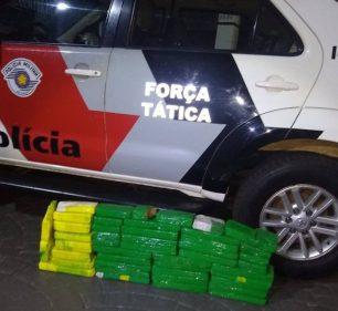 Segundo a PM, 46 tijolos de maconha foram achados dentro do carro onde estava a vítima — Foto: Polícia Militar/Divulgação