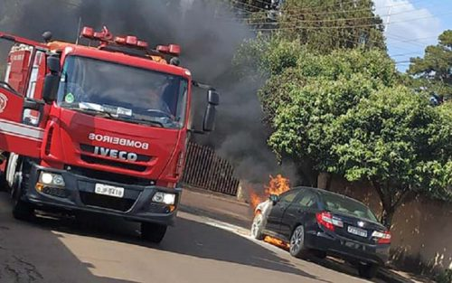 Veículo pega fogo no centro de Cândido Mota; ninguém se feriu (Foto: Reprodução)