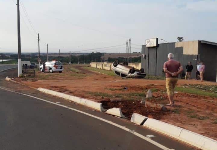 Motorista perde o controle e carro capota na Avenida Benedito Pires em Assis (Foto: The Brothers/Cedida)